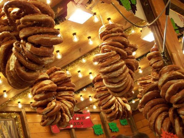 """Noël à Strasbourg, j'en rêvais, et bien c'est fait ! Dans cet album photo, un petit aperçu des marchés de Noël avec ses cigognes musicales et ses bretzels salés, sans oublier """"le chalet du Youki"""" (sic)... La Petite France de nuit, le sapin de la place Kléber, les cygnes près des institutions européennes et quelques images par-ci par-là comme cette enseigne de """"winstub"""", les restaurants alsaciens traditionnels."""