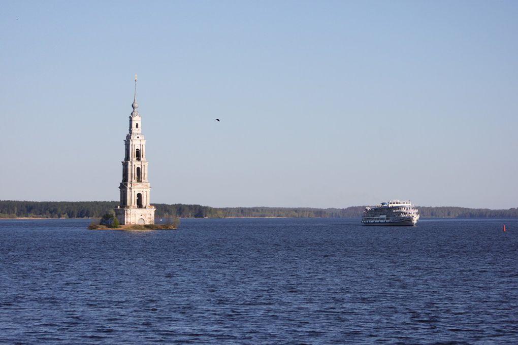 Malgré le naufrage survenu près de Kazan, sur la Volga, je rêve de refaire une croisière sur ce fleuve magnifique. Ici des photos du printemps 2011.