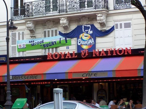 On en croise parfois, des choses bizarres, dans les rues parisiennes... Petit florilège.
