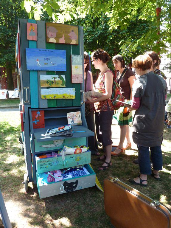 L'Armoire imaginé par l'association PADGO de Marie MoswkaProjet ludo-éducatif de partage de la lecture Zut! a particpé au projet en animant des ateliers de créations textiles au centre social La Busette à Lille.2011