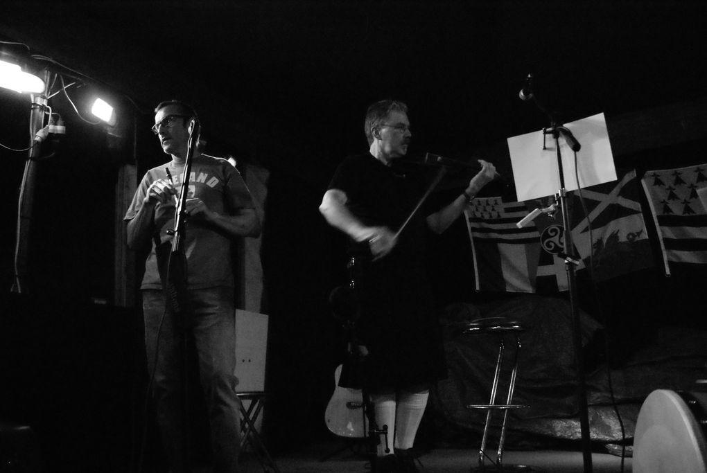 Soirée de la Saint-Patrick avec les Zirish: Emir (violon), Bruno (flûtes, bodhran et harmonicas), Véro (chant et percussions), Philippe (guitare, guitare basse et banjo) et Stéphanie (guitares, banjo et chant)