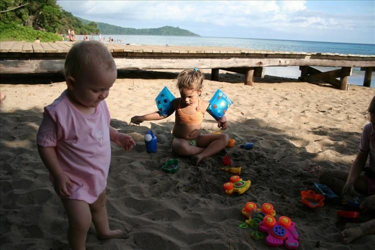 Dimanche dans le sud aprés une dejeuné à Ochocho, nous avons passé l'aprés-midi à la plagedeux couples d'amis et leurs enfants... Emma s'est bien amusé dans les petites vagues du bord de plage et a profiter de son bac à sable géant...