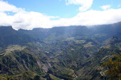 <p>L'ARCHE NATURELLE PAR LE CHEMIN TOURANGEAU: Ca se passe &agrave&#x3B; Entre-Deux, ancien village producteur de caf&eacute&#x3B;...</p><p>Puis...</p><p>LE PITON CABRI PAR LE BRAS PATATES: Situ&eacute&#x3B; au sommet du domaine des Makes, le piton donne un panorama hallucinant sur Cilaos...</p>