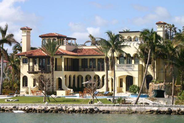 Voyage à Miami en novembre 2005.Vous y trouverez des photos du Quartier Art Deco de jour et de nuit, des hôtels et plages de Miami beach, de l'île des milliardaires avec ses impressionnantes villas.