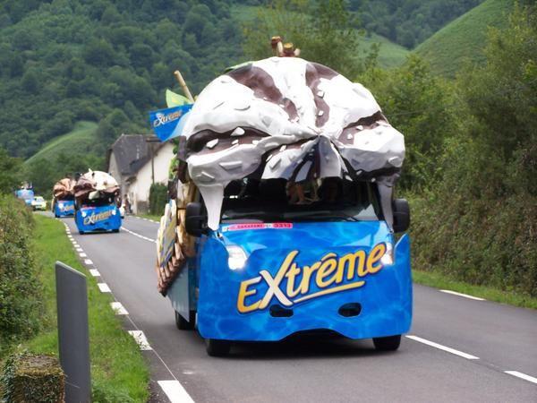 <p><strong>Nous y &eacute&#x3B;tions... eh oui ! Sur la route du TOUR DE FRANCE 2006, au lieu dit &quot&#x3B;La Mouline&quot&#x3B; &agrave&#x3B; Arette lors de la tr&egrave&#x3B;s attendue &eacute&#x3B;tape basque KANBO-PAU du 12 juillet 2006...</strong></p><p><strong>Nous &eacute&#x3B;tions seuls sur ce tron&ccedil&#x3B;on de ligne droite noy&eacute&#x3B;s sous un ammoncellement de cadeaux violemment lan&ccedil&#x3B;&eacute&#x3B;s depuis les v&eacute&#x3B;hicules bien color&eacute&#x3B;s de la d&eacute&#x3B;bauche publicitaire...</strong></p><p><strong>Des bo