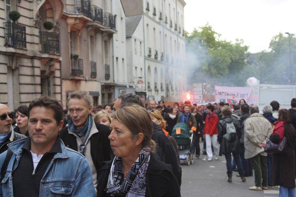 Vues de la manifestation pour l'emploi et les retraites du 19 octobre 2010 à Nantes.