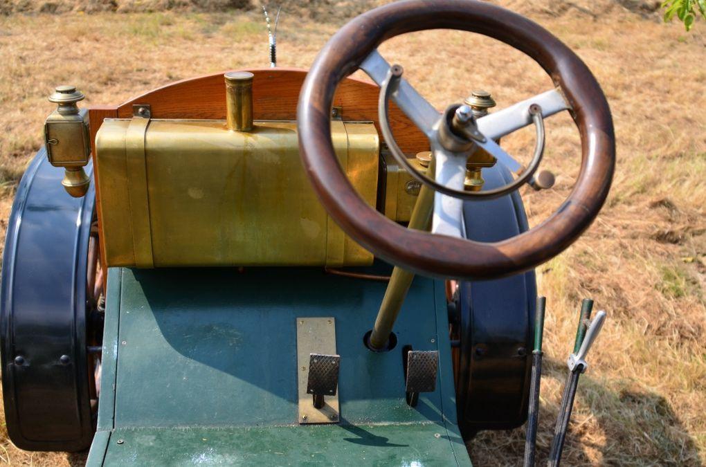 fête traditionnelle, le 21 juillet 2013, à FROSSAY (44). Une incroyable collection de tracteurs et de machines agricoles !....