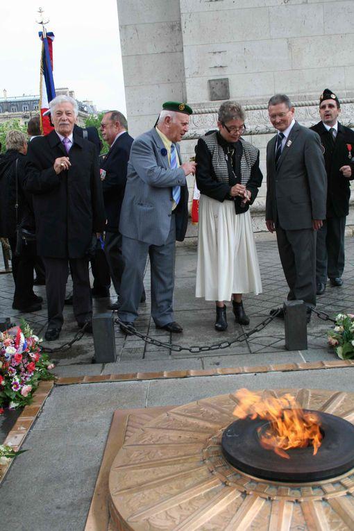 Ravivage de la Flamme du soldat inconnu à l'Arc de Triomphe Paris. Juin 2010