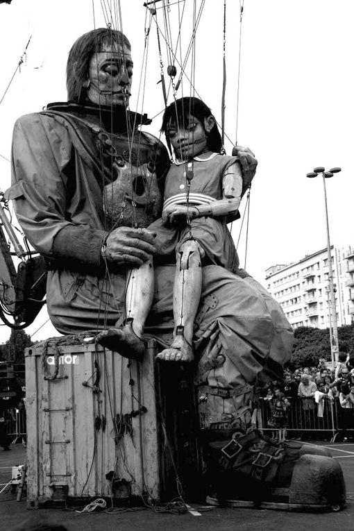 Le scaphandrier et la petite géante Royal de Luxe dans les rues de Nantes Juin 2009 - Photos Noir et Blanc de Thierry Weber - Photographe La Baule Guérande