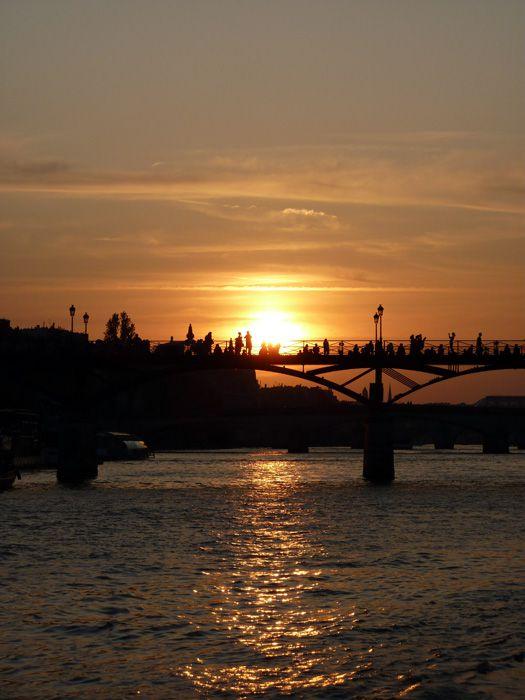 Août 2009, couché de soleil derrière le Pont des Arts depuis l'île de la cité à Paris