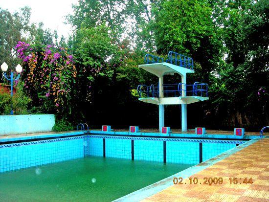 Dommage , il pleuvait sur Miliana.Nous étions hors saison et la piscine était fermée. Le bassin n'était donc pas en eau, si ce n'est par les eaux de pluie très abondantes les jours derniers.Merci au tenancier qui m'a toutefois fourni l'accè