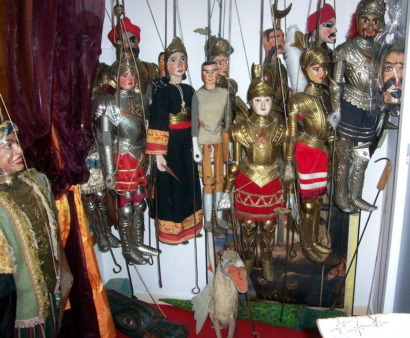 Les Marionnettes de Sicile sont apellées PUPI et racontent la Chanson de ROLAND elles sont en bois et les armures en cuivre ou laiton elles peuvent peser de 6 à 25 kilos suivant les régions (CATANE ou PALERME)