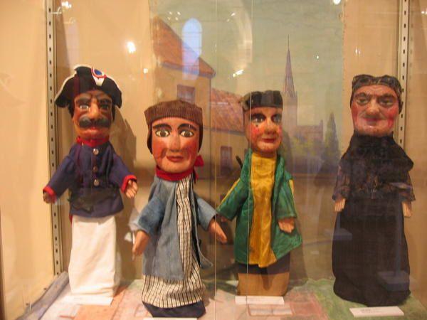 <p>Voici quelques marionnettes à gaine de la collection qui en comporte presque 250.</p><p>Au fur et à mesure de la disponibilité des photos nous en rajouterons,avec quelques vues de nos marionnettes en spectacle</p><p></p>