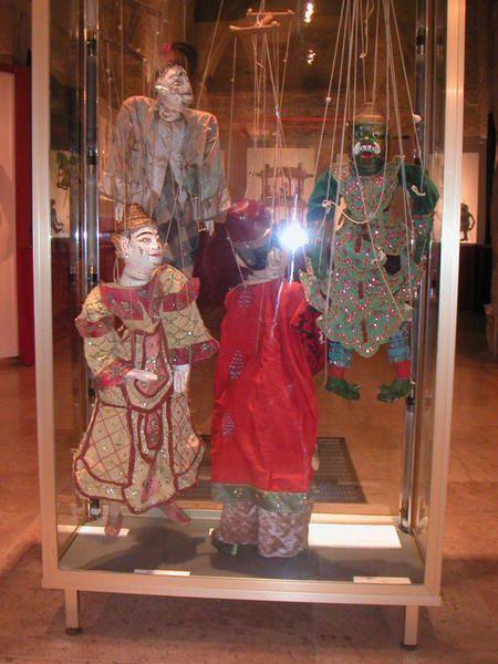 Les marionnettes exotiques (tout ce qui ne touche pas l'Europe) n'ont pas dans la collection la place des marionnettes de tradition européene, il faut bien limiter ses recherches ,cependant nous possédons quelques beaux spécimens d'Asie ,particulièrement des ombres.