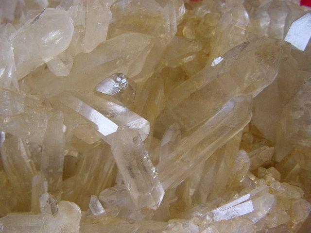 Les minéraux ne sont pas ma spécialité, mais j'en possède néanmoins une petite collection.Etant « de facto » spécialisé dans le quartz, vous pourrez constater que cette espèce minérale y est très largement représentée.Comme à l'accoutumée, des pièces trouvées jouxtent des achats, faits en bourse ou en brocante, et des échanges.La structure des noms de prises de vues vous permet, outre le nom du minéral, de connaître le pays et la localité de provenance de chaque spécimen.La der