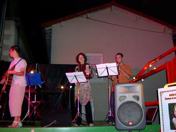 <p>Voici les photos de mes prestations lors des f&ecirc&#x3B;tes de la musique en 2005 et 2006.</p><ul>    <li><strong>2005</strong> &agrave&#x3B; MONTAIGU (85) sur la place de l'&eacute&#x3B;glise. </li>    <li><strong>2006</strong>&nbsp&#x3B; avec mes musiciens, &agrave&#x3B; <strong>STE CHRISTINE (49)</strong> le 17/06 et sur le podium de la Mairie &agrave&#x3B; <strong>MONTAIGU (85)</strong> le 21/06. </li></ul>