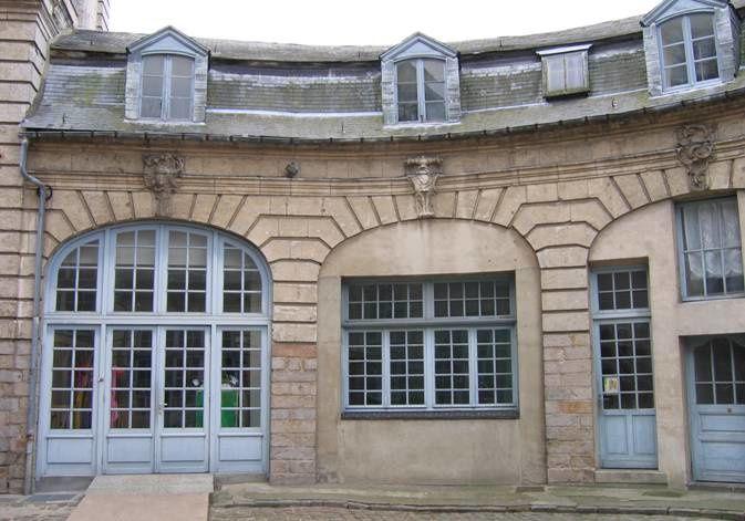 Construit à la moitié du XVIIIème siècle par le comte de Marles Philippe-Alexandre de Beaulaincourt, cet ancien hôtel particulier attire l'attention des passants. Il a aujourd'hui une vocation culturelle.
