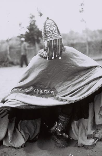 """<p style=""""font-weight: bold&#x3B; text-align: center&#x3B;"""">Les Sociétés Egungun</p><p style=""""text-align: justify&#x3B;"""">Les Sociétés Egungun célèbrent Oya Igbalé (divinité du fleuve Niger,du vent et de la tempête). Elles favorisent les liens entre les d"""