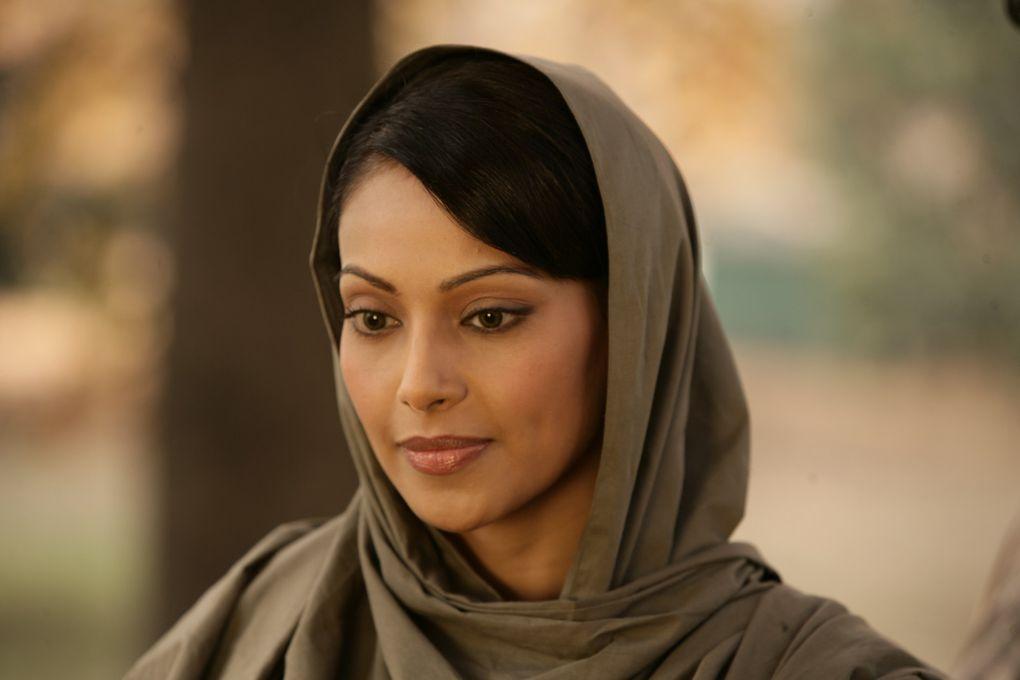 Bipasha Basu est une actrice indienne, née le 7 janvier 1979 à Delhi, en Inde.Elle est connue pour ses rôles de femme fatale, et elle a une image de femme sexy et glamour.