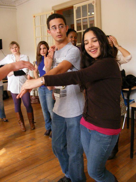 On pousse les tables et lasalle de classe est prete pour un cours de salsa proposé par Klaas et Wifredo