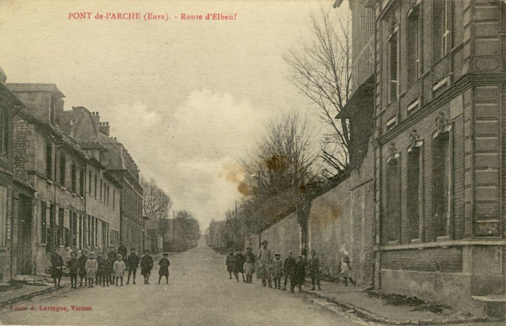 Album de 197 cartes postales de Pont-de-l'Arche et Bonport dans la première moitié du XXe siècle.