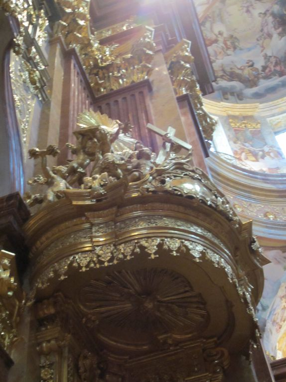 Le bateau du savoirPhotos: EmMa (M. et Em. presse 2014)Melk est une ville de la Basse-Autriche, célèbre pour son abbaye bénédictine bâtie en surplomb du Danube. L'abbaye a été fondée en 1089...