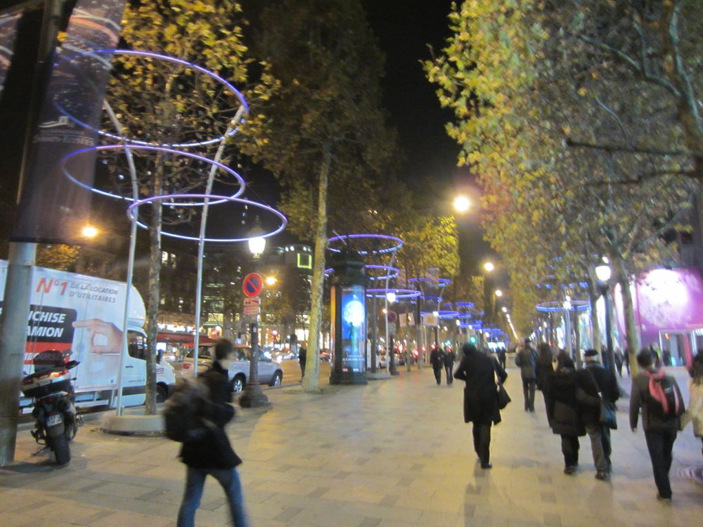 Illuminations de la Ville et décorations de Paris - Avenue des Champs-Élysées(France),Milano (Italia), Lyon (France), Bucarest (Roumanie),...