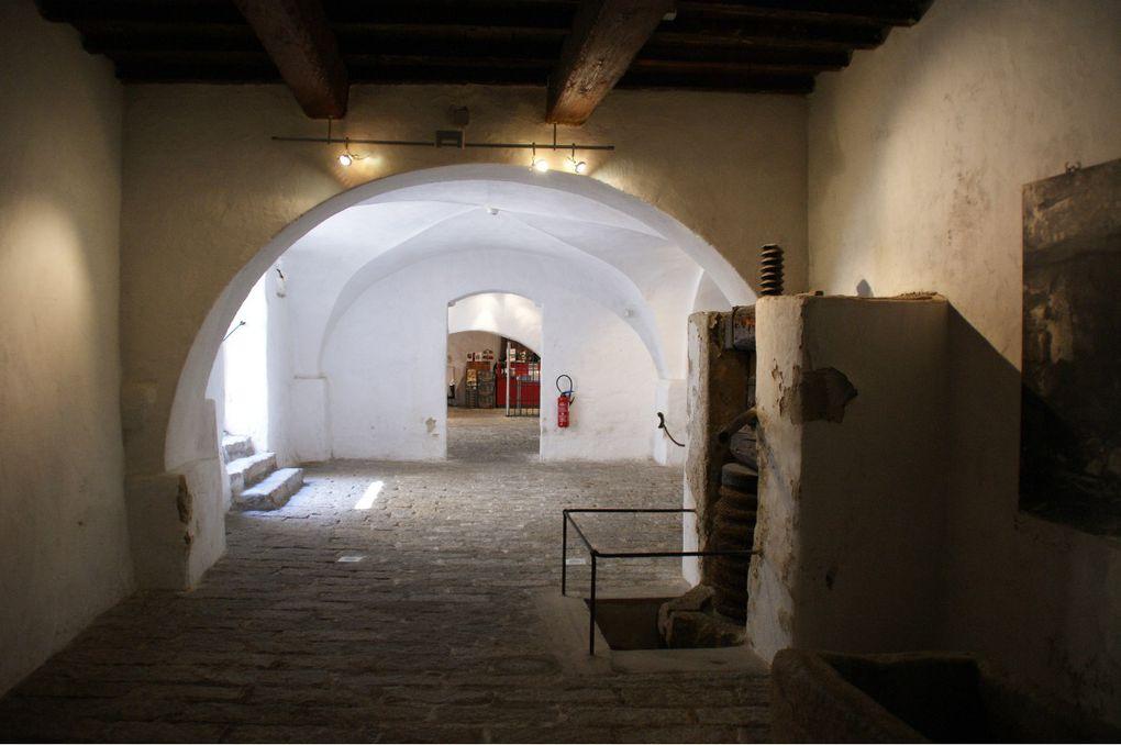 Dans cet album vous pourrez voir les rues d'Ajaccio, son cimetière, la maison Bonaparte, son port, la pointe Parata, les églises de Cargèse, Bonifacio, son port, ses ruelles et la magnifique vue de la mer ainsi que les îles Lavezzi et Cavallo.