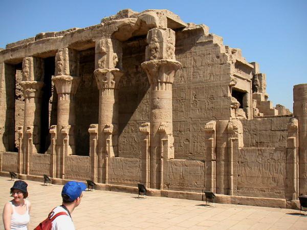 Temple dédié à Horus, le dieu faucon, il a été dégagé des sables en 1860 par A.Mariette.Sa construction a commencé en 237 av. JC, et s'est terminée en 57 ap. JC sous la Dynastie romaine. Il est un des mieux conservé d'Egypte.