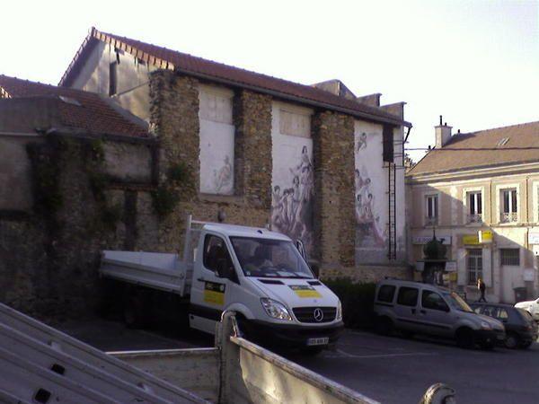 Le Th&eacute&#x3B;&acirc&#x3B;tre de l'Arlequin est situ&eacute&#x3B; &agrave&#x3B; Morsang sur Orge, dans l'Essonne. Il est ferm&eacute&#x3B; depuis 1998 suite &agrave&#x3B; un avis de la commission de s&eacute&#x3B;curit&eacute&#x3B;. Cet ancien &quot&#x3B;Casino - Cin&eacute&#x3B;ma&quot&#x3B; a accueilli une troupe de th&eacute&#x3B;&acirc&#x3B;tre entre 1981 et 1998. Il comporte une salle d'accueil avec un mini-bar et un piano couverte d'affiches de th&eacute&#x3B;&acirc&#x3B;tre, une salle de 99 places et une sc&egrave&#x3B;ne miniature. Sa r&eacute&#x3B;ouverture d&eacute