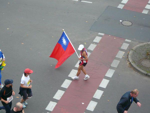 Quelques photos du marathon qui passait sous ma fenêtre