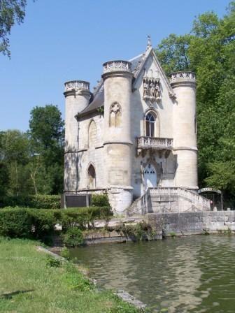 <p><em>Pour votre week-end, une superbe promenade dans notre sud de l'Oise : une randonn&eacute&#x3B;e &agrave&#x3B; partir des &eacute&#x3B;tangs de Comelle (Direction Chantilly &agrave&#x3B; partir de Paris, &agrave&#x3B; 45 mn de la capitale par l'A1 )) - Imp&eacute&#x3B;ratif emportez avec vous&nbsp&#x3B;la carte de l'IGN N&deg&#x3B; 2412 0T intitul&eacute&#x3B;e For&ecirc&#x3B;t de Chantilly. 12 kms - 4 heures de marche avec les pauses.<br />Suggestion : Se garer sur le parking en hauteur pr&egrave&#x3B;s du ch&acirc&#x3B;teau de la Reine Blanche. L