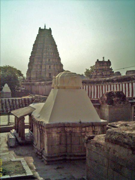 Après quelques heures d'avion, arrivée dans la région de Bangalore (notamment Brindavan et Puttaparthi) pour ensuite séjourner aux pays d'Hanuman et des temples de Hampi.