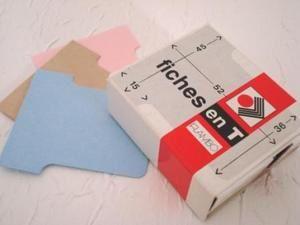 <p>Mini-albums de formats et styles différents. Ils sont parfois fabriqués avec des classeurs d'écolier redimensionnés, des petits classeurs de bureau, du carton gris... ou encore secrétement enfermés dans une boite ou un emballage détourné.<