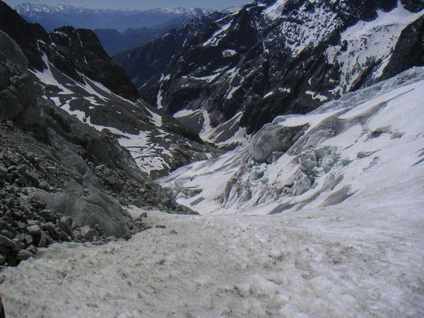 <p>WE du 3/4 Juin 2006 :</p><p>Encore un WE en montagne, avec Julien, Coco et Ga&euml&#x3B;l.</p><p>En 2003 nous avions fait ce sommet en famille (Phil Seb Julien et moi) par des conditions pas terribles niveau neige et niveau m&eacute&#x3B;t&eacute&#x3B;o, et nous n'avions pas profiter de la vue. </p><p>J'ai donc motiv&eacute&#x3B; Julien pour y retourner. C'est la 4&egrave&#x3B;me fois que j'ai fait ce sommet. Initialement nous voulions faire la Barre mais trop de vent nous a contraint &agrave&#x3B; nous arr&ecirc&#x3B;te