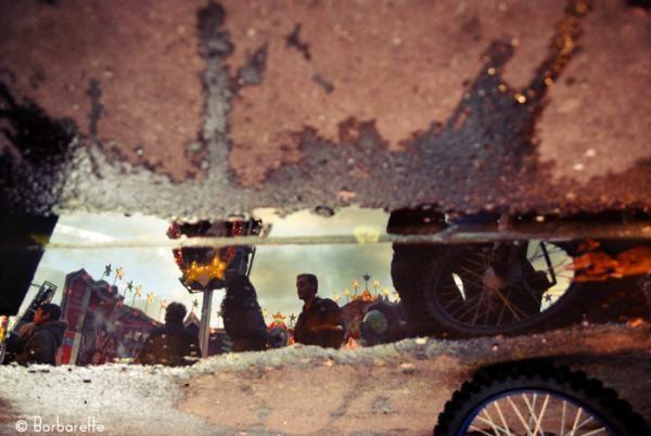 Reflets miroir dans des flaques d'eau ou des vitrines...