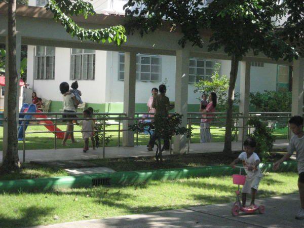 Je n'ai pas pu prendre beaucoup de photos des enfants, ce que je peux comprendre.. Si tous les visiteurs prenaient des photos, cela ressemblerait un peu &agrave&#x3B; un zoo... Par ailleurs ces enfants sont destin&eacute&#x3B;s &agrave&#x3B; &ecirc&#x3B;tre adopt&eacute&#x3B;s... Petits chiffres: Plus de 300 enfants de 0 &agrave&#x3B; 5 ans, un foyer special reserv&eacute&#x3B; &agrave&#x3B; la cinquantaine de petits malades du Sida, 1 &agrave&#x3B; 2 adoptions par mois, 1 &agrave&#x3B; 2 b&eacute&#x3B;b&eacute&#x3B;s abandonn&eacute&#x3B;s par semaine..&nbsp