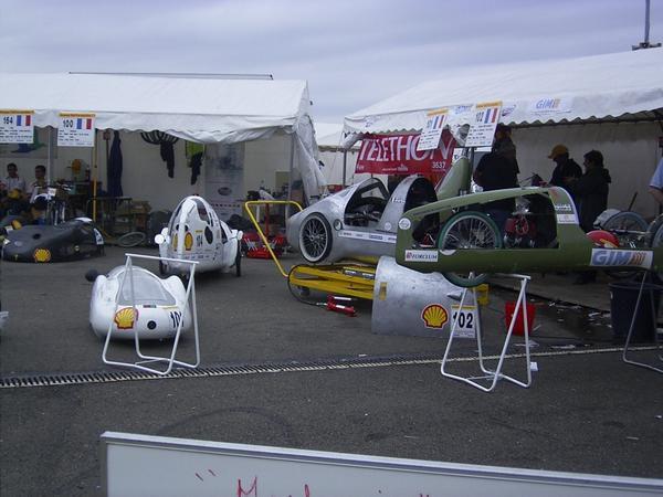 Comp&eacute&#x3B;tition de Nogaro, mai 2006:Jour 1: arriv&eacute&#x3B;e sur le site et passage du contr&ocirc&#x3B;le technique.Jour 2: essais libres. Lors du second tour de piste, le pneu arri&egrave&#x3B;re &eacute&#x3B;clate dans un virage &agrave&#x3B; 40km/h... Le v&eacute&#x3B;h