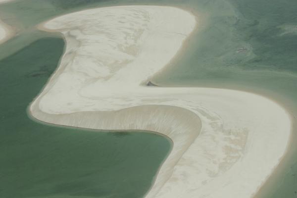 Le Parque Nacional dos Lençóis Maranhense couvre 155.000 hectares de plages, de lacs et de dunes.Etiré sur 140km de côtes entre et Primera Cruz, à l'ouest de Barreirinhas, un étrange paysage de dunes mouvantes a créé un écosystème unique et fragile.Les sables s'étendent jusqu'à 50km vers l'intérieur, et progressent par endroits de 200m chaque année.Balayées par les vents, des crêtes hautes de 50m se structurent en relief perpétuellement changeant.