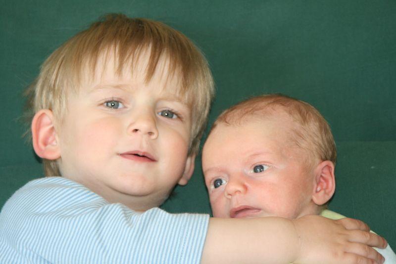 La complicité de deux frères commence très  jeune...
