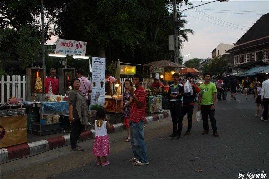 Sunday Market : FlânerLe dimanche à Chiang Mai (nord de la Thaïlande) a lieu le marché du dimanche : un régal pour les yeux, mais pas pour le porte-monnaie !