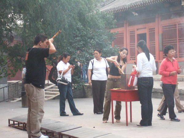 En cette veille de f&ecirc&#x3B;te nationale, visite du temple des Lamas encore tr&egrave&#x3B;s fr&eacute&#x3B;quent&eacute&#x3B; par les chinois. Ce qui explique que je n'ai pu faire aucune photo des diff&eacute&#x3B;rents bouddhas qui y sont honor&eacute&#x3B;s. Dans le Pavillon des Dix Mille Bonheurs( photo de couverture de l'album), on peut y admirer un bouddha haut de 26 m faite dans le tronc d'un seul arbre de santal. Une plaque du Guiness Book des records l'atteste!!!<br />D&eacute&#x3B;sol&eacute&#x3B;&eacute&#x3B;, mais Matth est