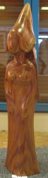 Sculpteur sur bois maitrisant les couleurs du bois en fonction de la conception de chaque sculpture.