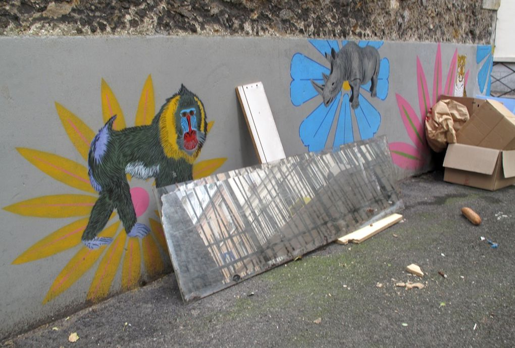 tags, collages, papiers collés, stickers, objets collés etc ...street-art