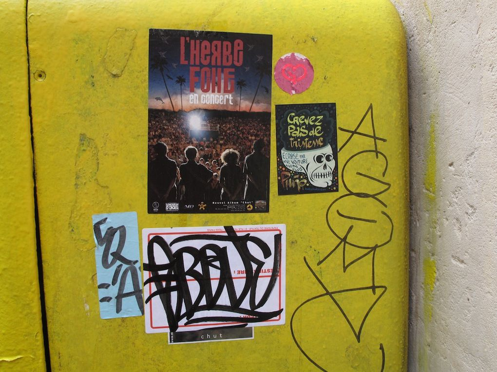 tags, collages, papiers collés, stickers, objets collés etc ...