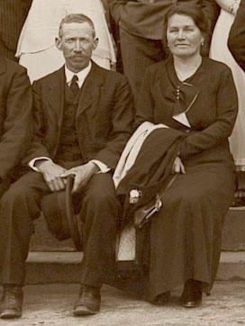 """<a href=""""http://gw0.geneanet.org/index.php3?b=danymagnaval&lang=fr&#x3B;p=adrien+leonard&#x3B;n=magnaval""""><span style=""""font-weight: bold&#x3B;"""">Famille Magnaval</span></a><br />Adrien, ses soeurs Amélie et Clémence, ses frères Damien le Mitron, Edouard, Louis, Joseph , sa femme Joséphine<br />Ses enfants Damien, Louis, Elie , Jean, Joseph, Marguerite, Louise et Yvonne.<br />Sa mère Elisabeth Bunisset<br />Ses grands parents Léonard Bunisset et Jeanne Lafarges"""