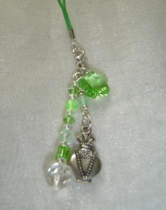 Des bijoux avec de jolies matières : perles en pâte de verre, cristal, naturelles, nacrées,  Silver Foiled, incrustées, corne, graines, nacre, métal... <br />Création de votre projet sur mesure : mariage, soirée... ou vous désirez simplement