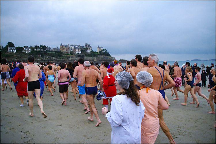 plage de l'écluse à Dinard, chiffre officiel de baigneurs 681. Record battu.