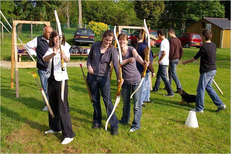 formation au tir à l'arc dispensée par la Flèche d'émeraude à des élèves du lycée hôtelier de Dinard