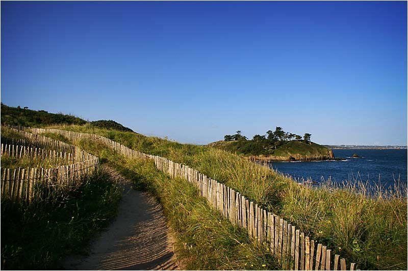 en bordure du Golf la promenade au bord de mer vers la plage du Perron.